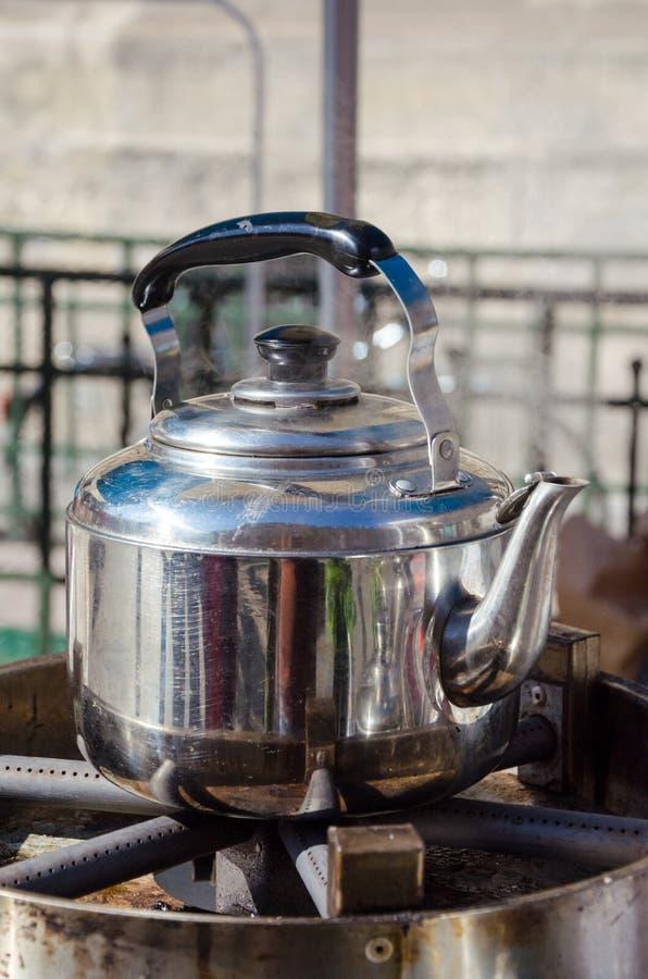 Μια καυτή μεταλλική κατσαρόλα τσαγιού στοκ εικόνες με δικαίωμα ελεύθερης χρήσης