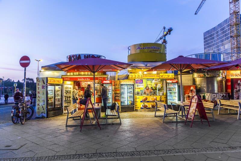 Μια καλύβα λουκάνικων κάρρυ πωλεί την ειδικότητα Currywurst τροφίμων του Βερολίνου στοκ φωτογραφία
