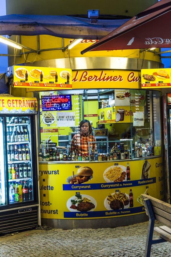Μια καλύβα λουκάνικων κάρρυ πωλεί την ειδικότητα Currywurst τροφίμων του Βερολίνου στοκ φωτογραφίες με δικαίωμα ελεύθερης χρήσης