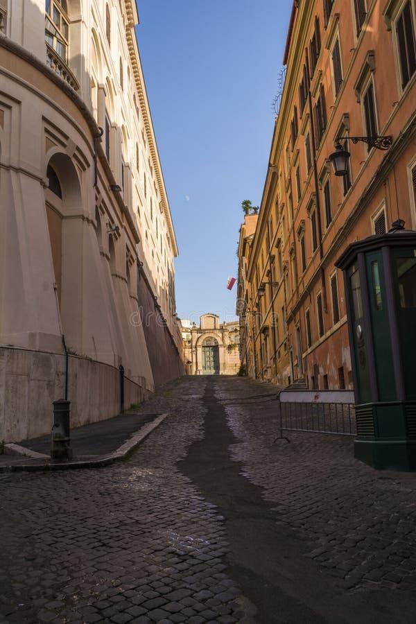 Μια κενή οδός στη Ρώμη, Ιταλία στοκ φωτογραφία με δικαίωμα ελεύθερης χρήσης