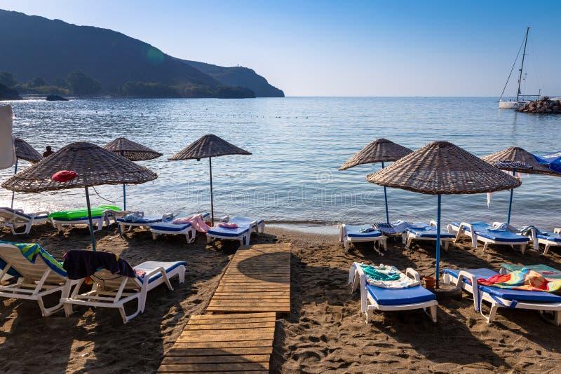 Μια κενή παραλία σε έναν θεϊκό κόλπο στοκ φωτογραφία με δικαίωμα ελεύθερης χρήσης