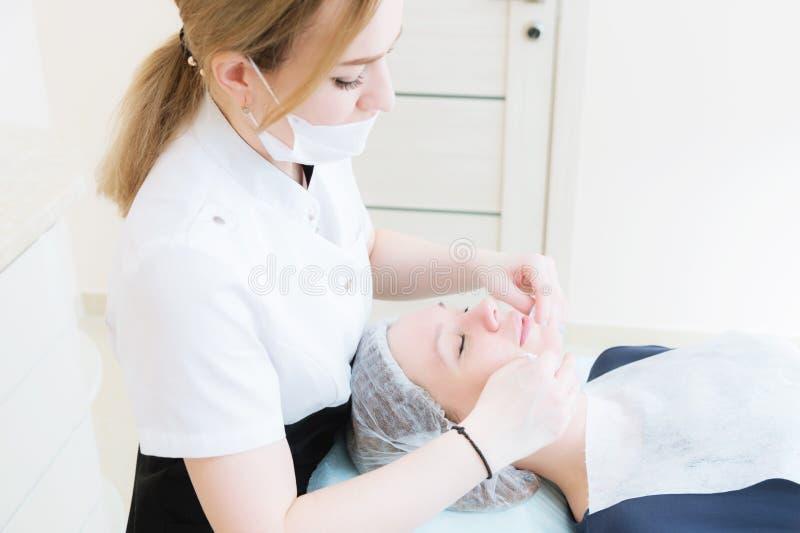 Μια κινηματογράφηση σε πρώτο πλάνο της διαδικασίας καθαρισμού στο γραφείο cosmetology Τα χέρια του cosmetologist στα ρόδινα γάντι στοκ φωτογραφίες με δικαίωμα ελεύθερης χρήσης