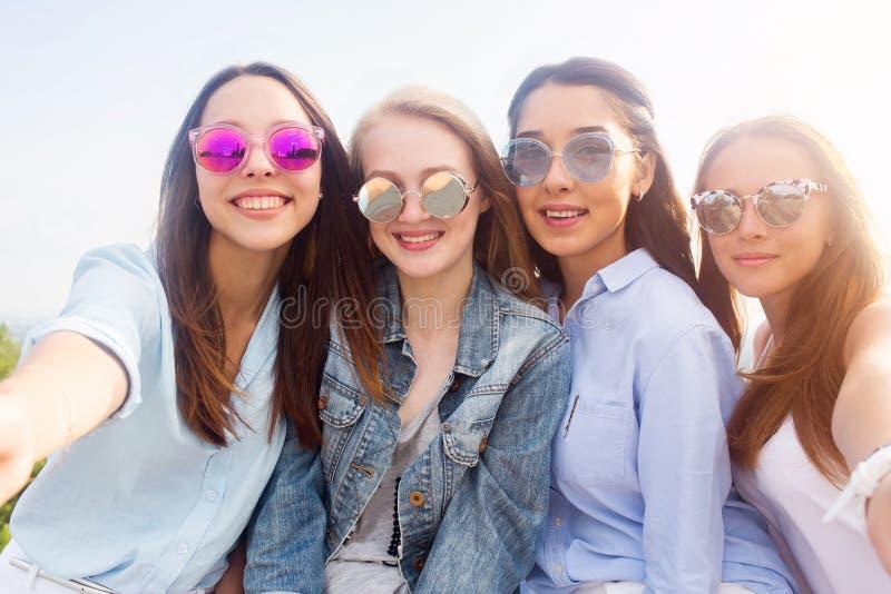 Μια κινηματογράφηση σε πρώτο πλάνο selfie των ομάδων γυναικών σπουδαστών στη φύση στοκ εικόνα με δικαίωμα ελεύθερης χρήσης