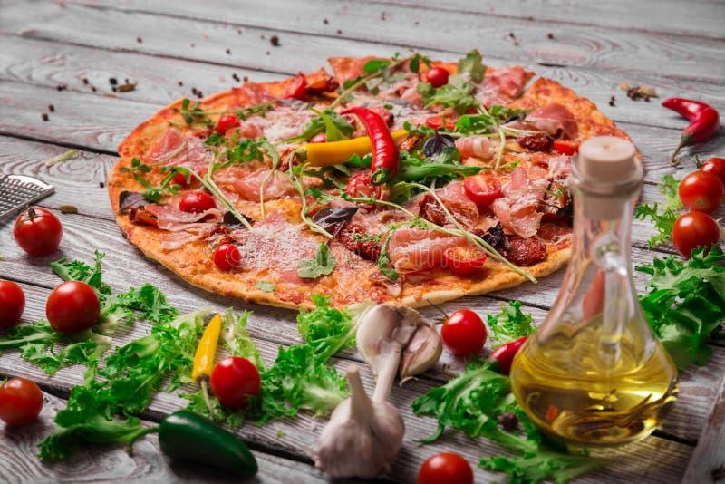 Μια κινηματογράφηση σε πρώτο πλάνο της καυτής πίτσας της Μαργαρίτα σε ένα αγροτικό επιτραπέζιο υπόβαθρο Ολόκληρη ιταλική πίτσα με στοκ εικόνες με δικαίωμα ελεύθερης χρήσης