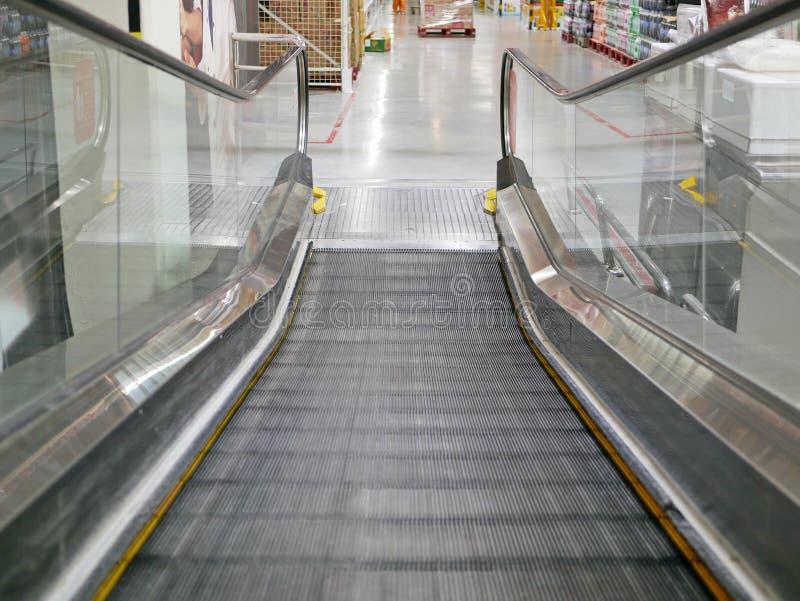 Μια κινούμενη κυλιόμενη σκάλα καροτσακιών αγορών στοκ εικόνα με δικαίωμα ελεύθερης χρήσης