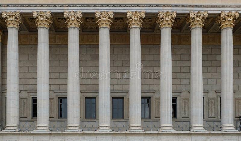 Μια κιονοστοιχία ενός δημοσίου δικαίου δικαστηρίου Ένα νεοκλασσικό κτήριο με μια σειρά των κορινθιακών στηλών στοκ εικόνα