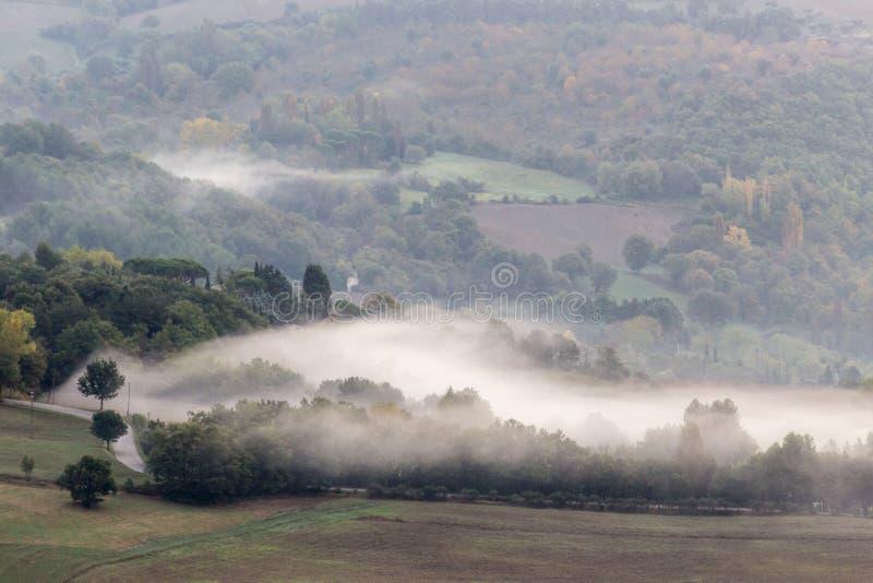Μια κοιλάδα με την ομίχλη στοκ φωτογραφία με δικαίωμα ελεύθερης χρήσης