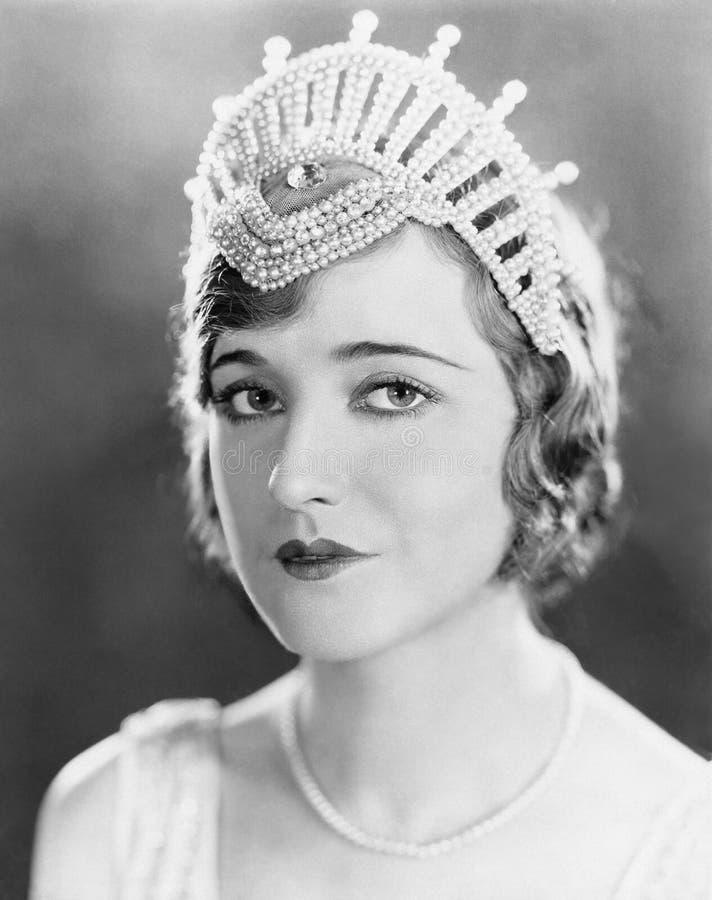 Μια κομψή γυναίκα φορά την τιάρα της (όλα τα πρόσωπα που απεικονίζονται δεν ζουν περισσότερο και κανένα κτήμα δεν υπάρχει Εξουσιο στοκ φωτογραφία με δικαίωμα ελεύθερης χρήσης
