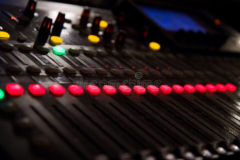 Μια κονσόλα μουσικής με πολλούς κουμπιά και ολισθαίνοντες ρυθμιστές στοκ εικόνες με δικαίωμα ελεύθερης χρήσης