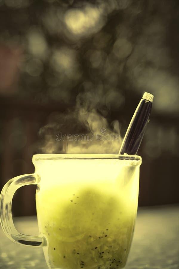 Μια κούπα με το βοτανικό τσάι στοκ εικόνες