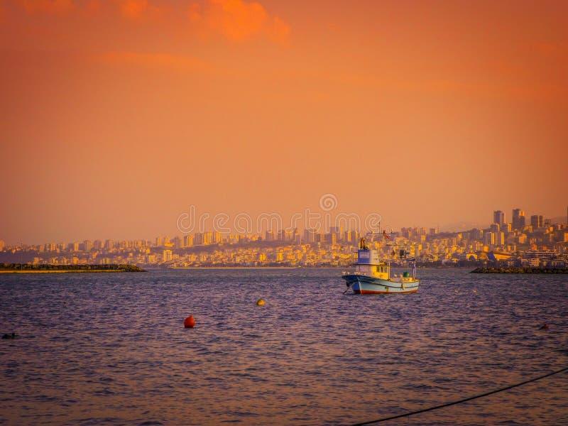 Μια κρύα ημέρα άνοιξη, υπάρχει ένα αλιευτικό σκάφος από τη Μαύρη Θάλασσα και μια άποψη της πόλης Samsun στοκ φωτογραφία με δικαίωμα ελεύθερης χρήσης