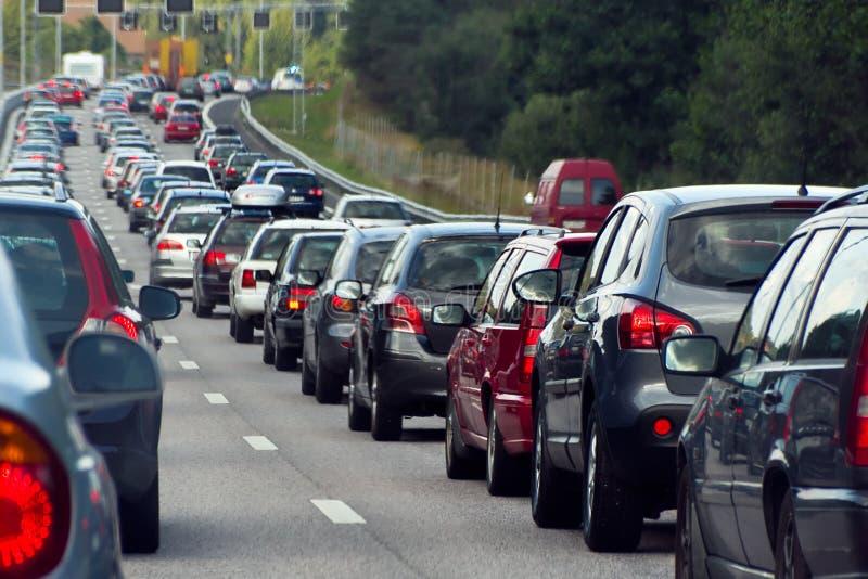 Μια κυκλοφοριακή συμφόρηση με τις σειρές των αυτοκινήτων στοκ εικόνες με δικαίωμα ελεύθερης χρήσης