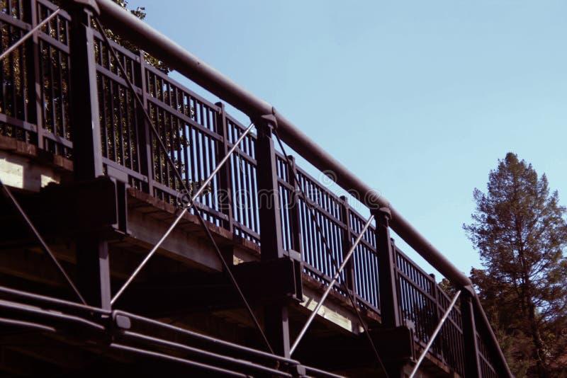 Μια κυρτή γέφυρα σιδήρου πέρα από ένα πάρκο στοκ φωτογραφίες με δικαίωμα ελεύθερης χρήσης