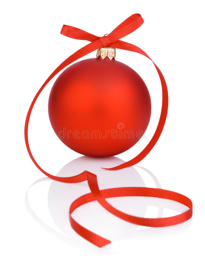 Μια κόκκινες σφαίρα και ταινία Χριστουγέννων στο άσπρο υπόβαθρο στοκ φωτογραφίες με δικαίωμα ελεύθερης χρήσης