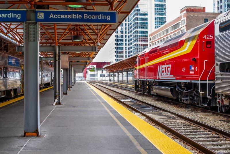 Μια κόκκινη ατμομηχανή Metra περιμένει να φύγει σε ένα τρέξιμο κατόχων διαρκούς εισιτήριου στοκ εικόνα με δικαίωμα ελεύθερης χρήσης