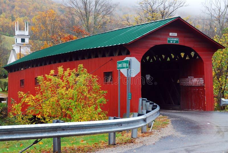 Μια κόκκινη καλυμμένη γέφυρα δίνει έμφαση σε μια βροχερή, πρόσφατη σκηνή πτώσης στο αγροτικό Βερμόντ στοκ φωτογραφία με δικαίωμα ελεύθερης χρήσης