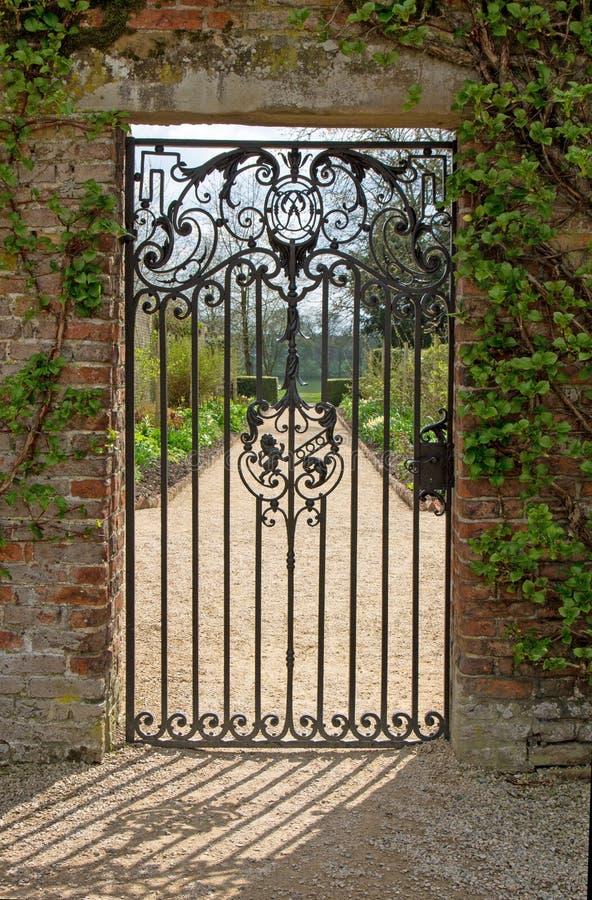 Μια κλειστή πύλη σιδήρου στοκ φωτογραφία με δικαίωμα ελεύθερης χρήσης