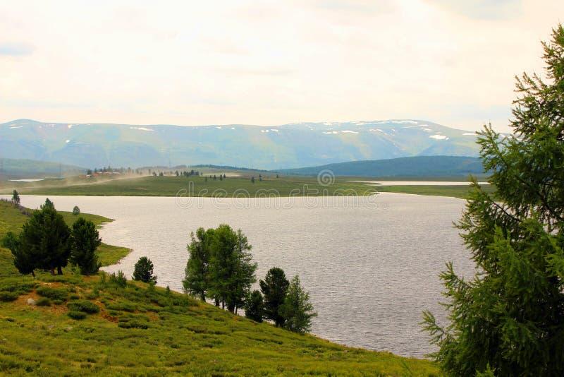 Μια λίμνη σε μια κοιλάδα βουνών στοκ εικόνες
