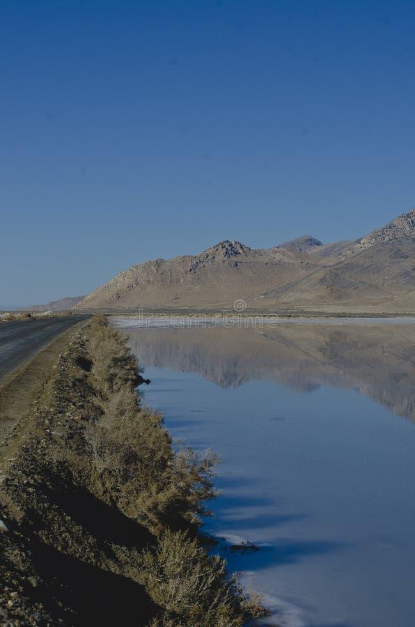 Μια μακροχρόνια άποψη του φ η εθνική οδός κατά μήκος των αλατισμένων λιμνών στοκ εικόνα