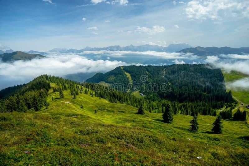 Μια μακροχρόνια άποψη των αλπικών λιβαδιών και της κοιλάδας στο ελαφρύ αντίστροφο σύννεφο στοκ φωτογραφία