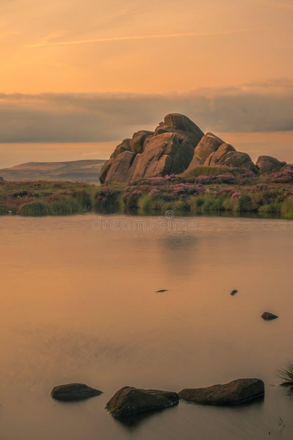Μια μακροχρόνια έκθεση της λίμνης Doxey στο ηλιοβασίλεμα Με την ερείκη στην πλήρη άνθιση στοκ φωτογραφίες