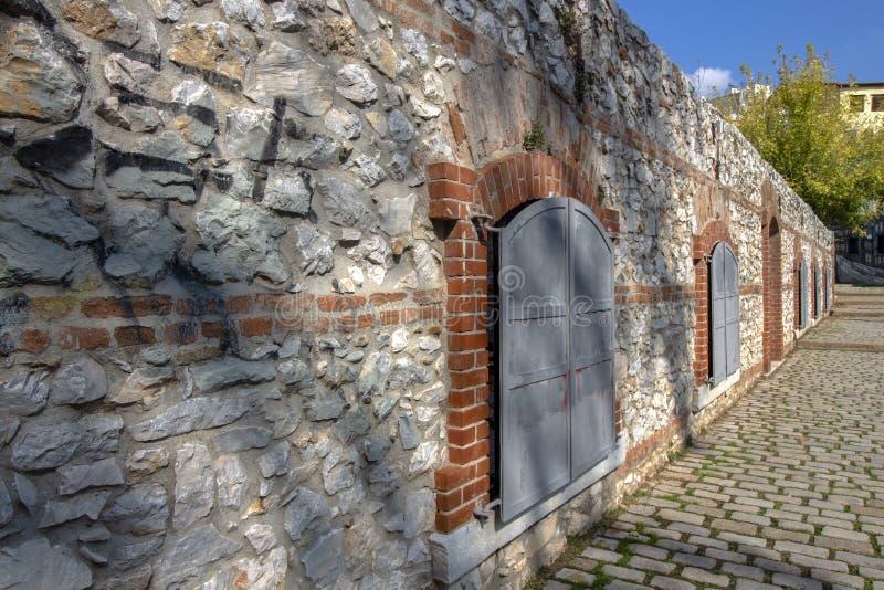 Μια ματιά στον τοίχο μιας από τις παλιές αρχιτεκτονικές αξίες   της πόλης Δράμα, Ελλάδα στοκ φωτογραφία