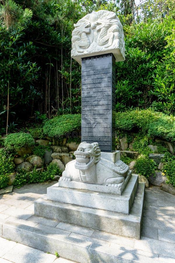 Μια μαύρη επιγραφή πετρών διακοσμεί με τις κινεζικές άσπρες πέτρες δράκων και χελωνών μυθολογίας στοκ εικόνα με δικαίωμα ελεύθερης χρήσης
