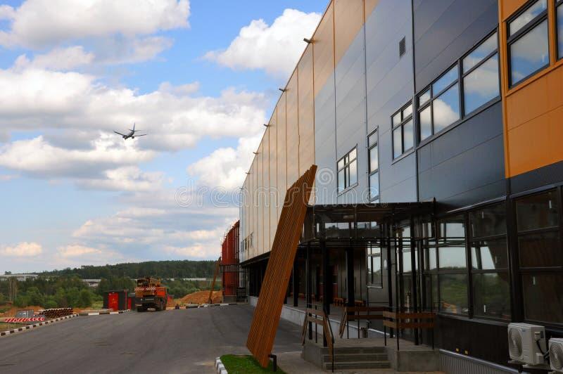 Μια μεγάλη αποθήκη εμπορευμάτων διανομής με τις πύλες για τα αγαθά φόρτωσης στοκ φωτογραφία