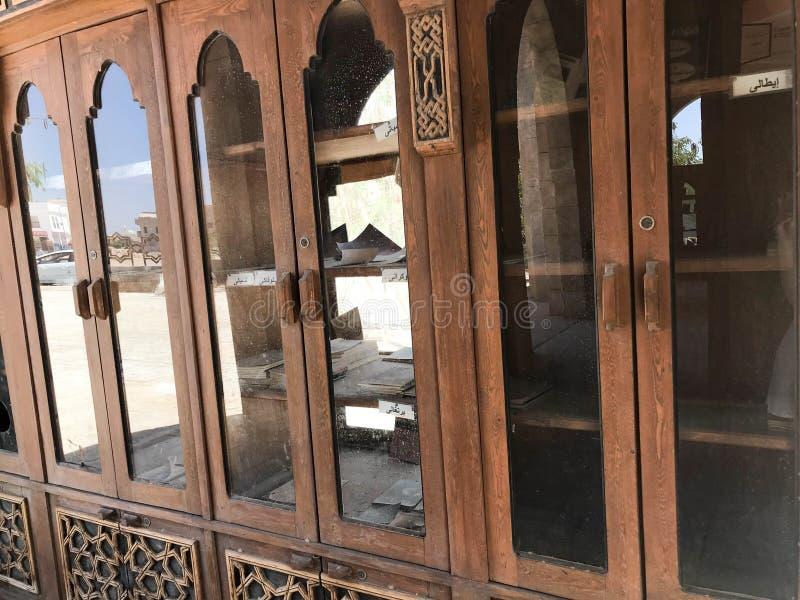 Μια μεγάλη παλαιά παλαιά παλαιά ξύλινη βιβλιοθήκη, έγγραφα στο αραβικό ισλαμικό μουσουλμανικό τέμενος, ένας ναός για τις προσευχέ στοκ φωτογραφία με δικαίωμα ελεύθερης χρήσης