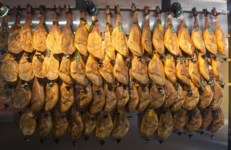 Μια μεγάλη ποσότητα του ισπανικού ξηρού θεραπευμένου serrano Jamon ζαμπόν στοκ εικόνα με δικαίωμα ελεύθερης χρήσης