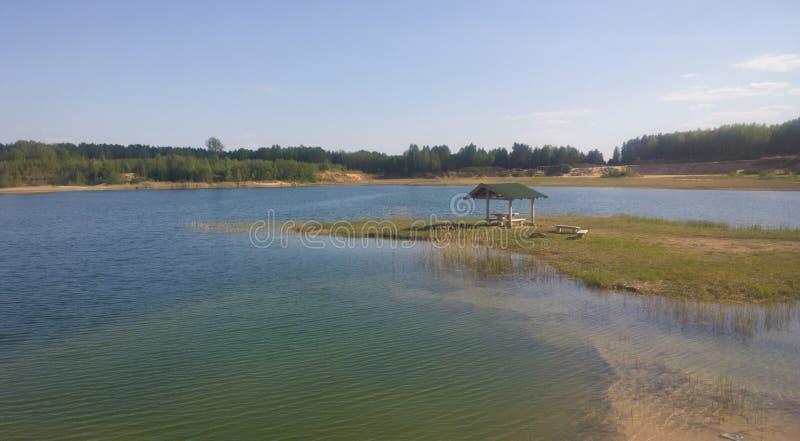 Μια μεγάλη μπλε λίμνη δέντρο πεδίων Gazebo στην ακτή στοκ φωτογραφία με δικαίωμα ελεύθερης χρήσης