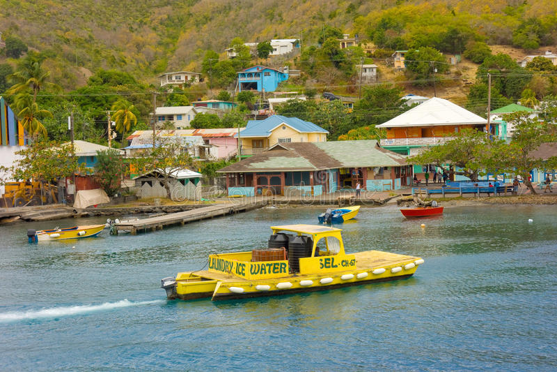 Μια μεταφορά βαρκών ποτίζει και καύσιμα στην επίσκεψη των γιοτ στα προσήνεμα νησιά στοκ φωτογραφία