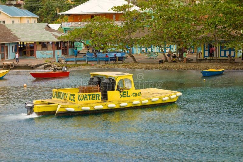 Μια μεταφορά βαρκών ποτίζει και καύσιμα στην επίσκεψη των γιοτ στα προσήνεμα νησιά στοκ εικόνες