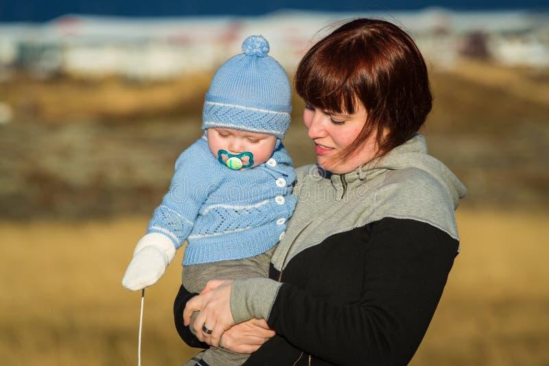 Μια μητέρα που κρατά το παιδί της. στοκ εικόνες