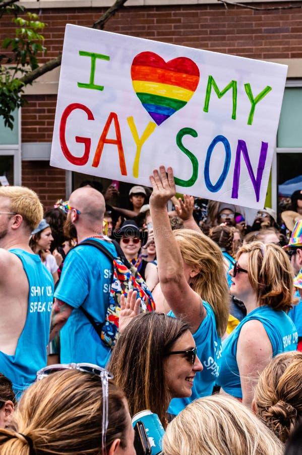 """Μια μητέρα φέρνει ένα σημάδι που διαβάζει στη """"καρδιά Ι τον ομοφυλοφιλικό γιο μου """" στοκ φωτογραφίες"""