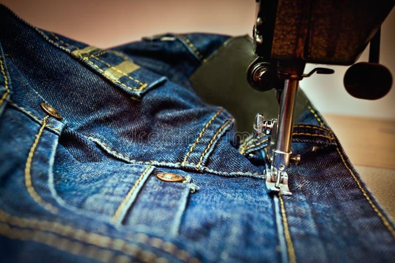Μια μηχανή που ράβει έναν Jean στοκ εικόνες