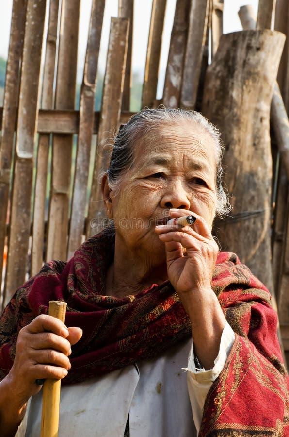 Μια μη αναγνωρισμένη ηλικιωμένη εθνική γυναίκα Mon θέτει για τη φωτογραφία στοκ εικόνες