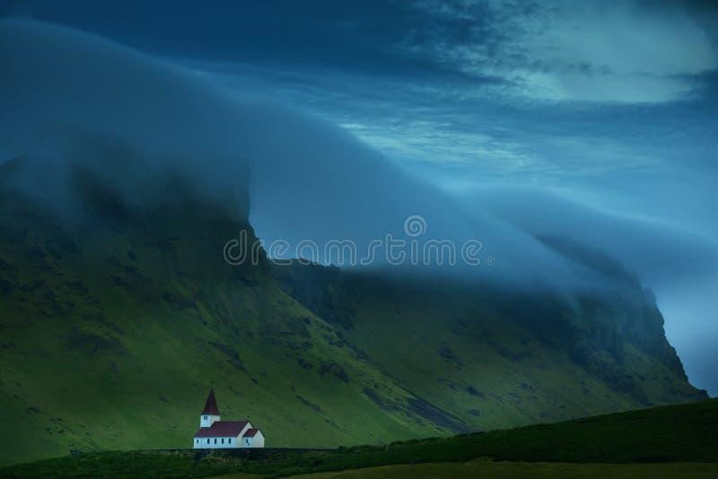 Μια μικρή εκκλησία στην κλίση του βουνού στοκ εικόνα