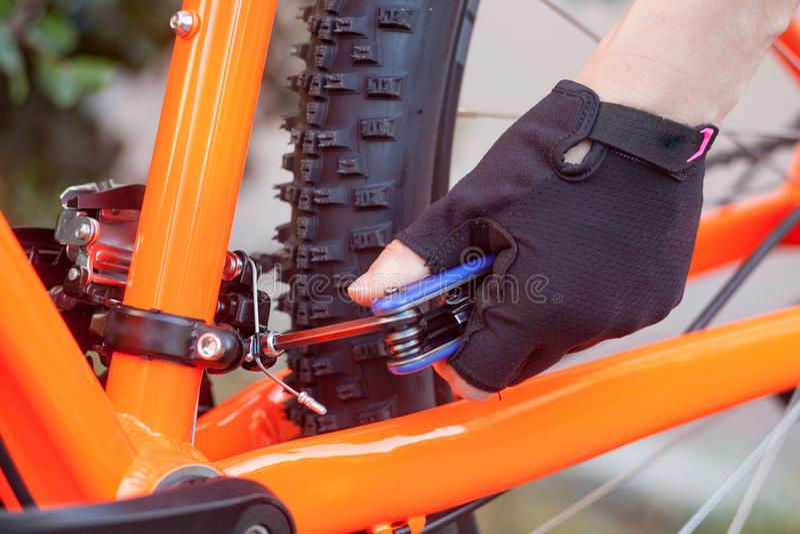 Μια μικρή επισκευή ποδηλάτων σε ένα υπόβαθρο οδών Προσαρμόστε το ποδήλατο στοκ εικόνες με δικαίωμα ελεύθερης χρήσης