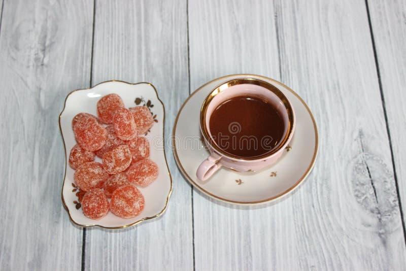 Μια μικρή κούπα της καυτής σοκολάτας με tangerine τα γλασαρισμένα φρούτα στοκ φωτογραφίες
