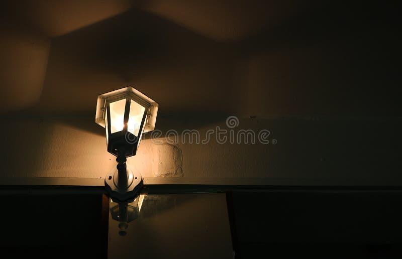 Μια μικρή λάμπα που λάμπει δημιουργεί μια όμορφη σκιά στοκ φωτογραφία με δικαίωμα ελεύθερης χρήσης