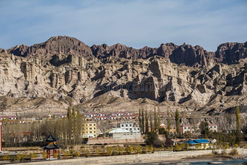 Μια μικρή πόλη στο κατώτατο σημείο του βουνού στοκ φωτογραφία με δικαίωμα ελεύθερης χρήσης