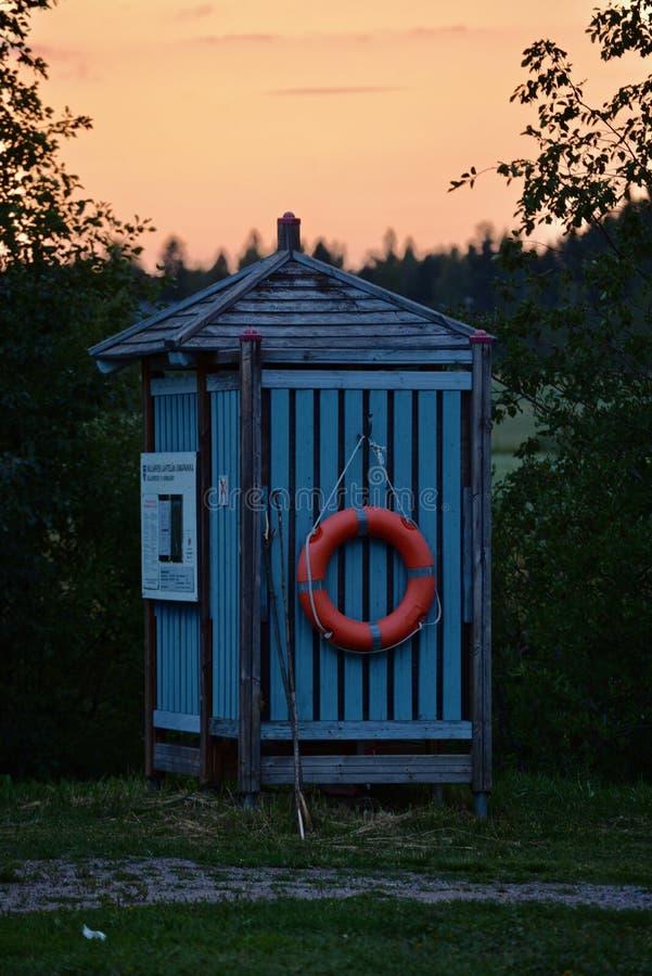 Μια μικρή φινλανδική καμπίνα επιδέσμου με το σημαντήρα ζωής στοκ φωτογραφία με δικαίωμα ελεύθερης χρήσης