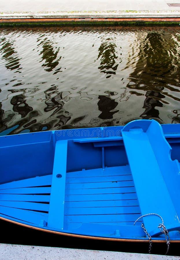 Μια μπλε βάρκα στο κανάλι της Βενετίας στοκ εικόνα με δικαίωμα ελεύθερης χρήσης