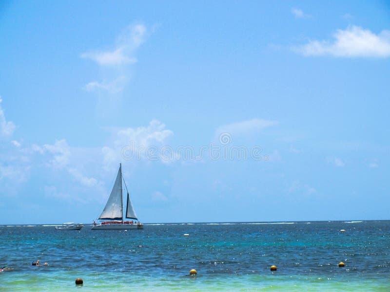 Μια μόνη βάρκα στο των Μάγια ωκεανό rivera στοκ φωτογραφία με δικαίωμα ελεύθερης χρήσης