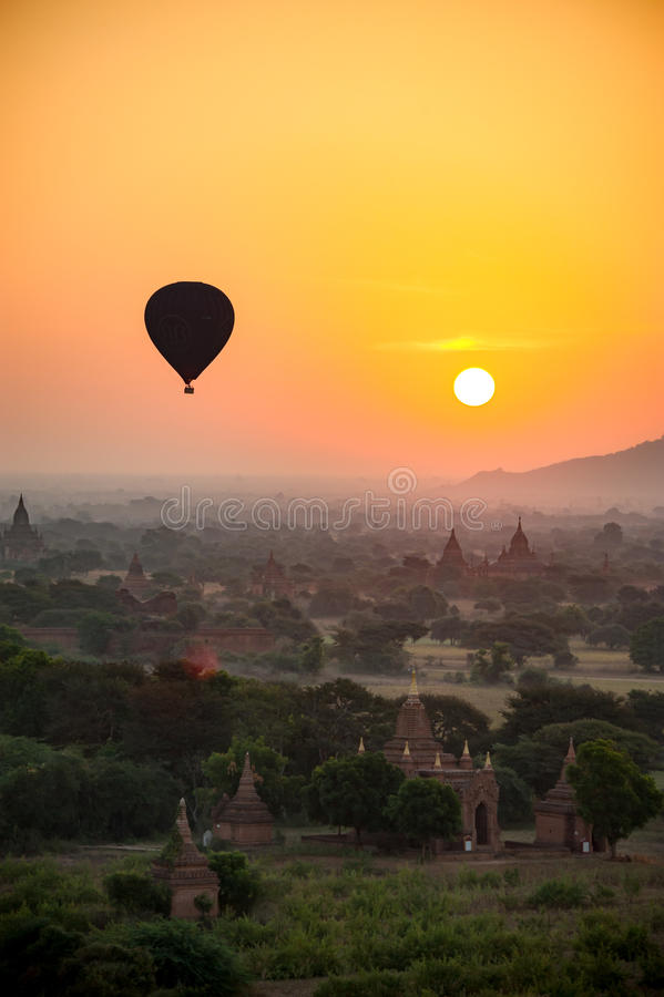 μια μύγα μπαλονιών ζεστού αέρα πέρα από την αρχαία πόλη Bagan Myanmar όταν πρωί ανόδου ήλιων στοκ εικόνα με δικαίωμα ελεύθερης χρήσης