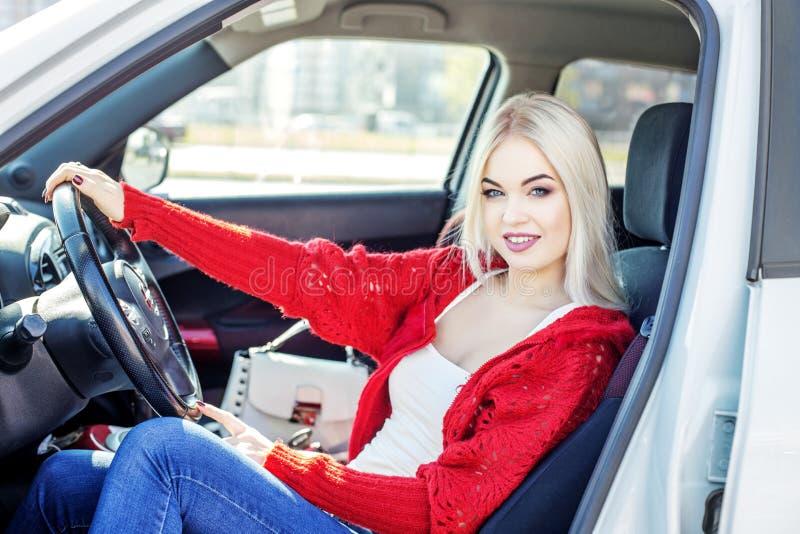 Μια νέα γυναίκα μαθαίνει να οδηγεί ένα αυτοκίνητο Ταξίδι έννοιας, τρόπος ζωής, ο Δρ στοκ εικόνα