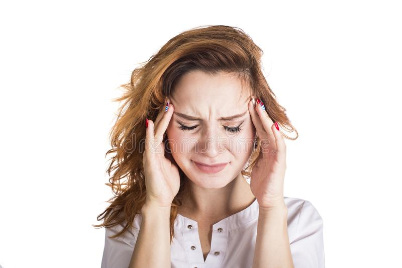 Μια νέα γυναίκα με ένα κεφάλι εκμετάλλευσης πονοκέφαλου, που απομονώνεται στο άσπρο υπόβαθρο ο πονοκέφαλος έννοιας απομόνωσε το λ στοκ εικόνα