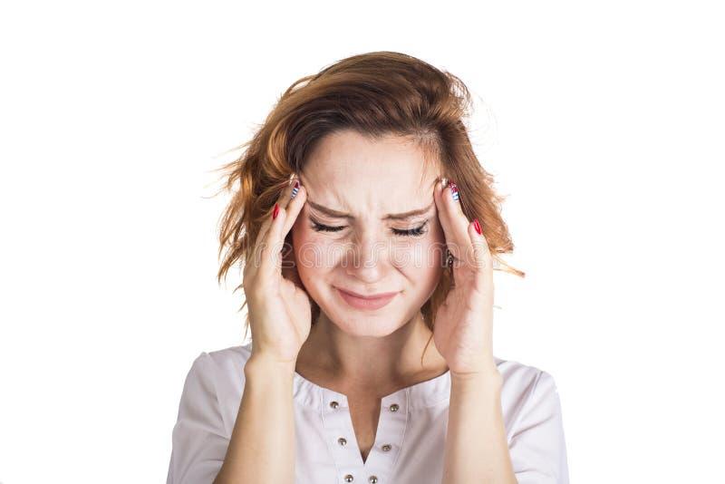 Μια νέα γυναίκα με ένα κεφάλι εκμετάλλευσης πονοκέφαλου, που απομονώνεται στο άσπρο υπόβαθρο στοκ φωτογραφίες