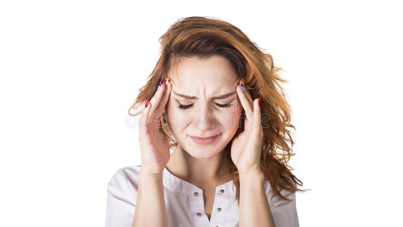 Μια νέα γυναίκα με ένα κεφάλι εκμετάλλευσης πονοκέφαλου, που απομονώνεται στο άσπρο υπόβαθρο στοκ φωτογραφία